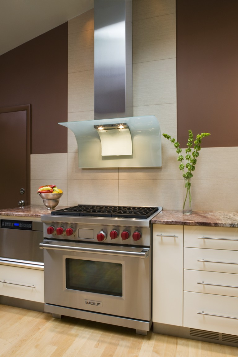 THE SUBTLE BACKSPLASH TILE RESTATES THE SOFT PALETTE, WHILE HIGHLIGHTING THE HOOD.